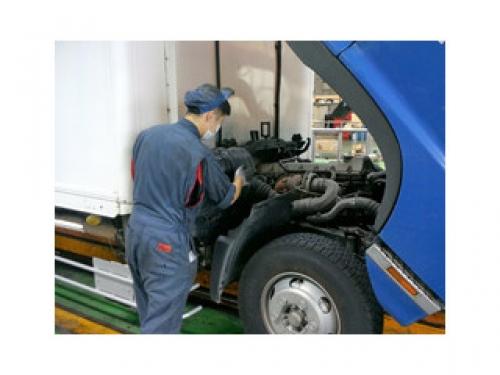 軽自動車から大型トラックまでの車検整備や板金塗装など多様な仕事があります