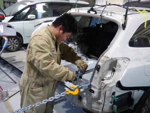 勤務時間・休日は自分で設定可能!ダメージカーの修復業務