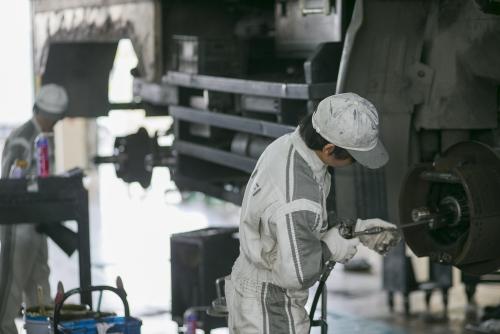 【小牧市|正社員】大型車両の整備士 計画的な業務量で安定!