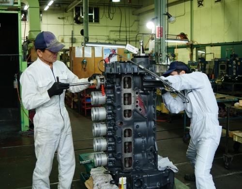 大型エンジンの組み立てはチームで行います