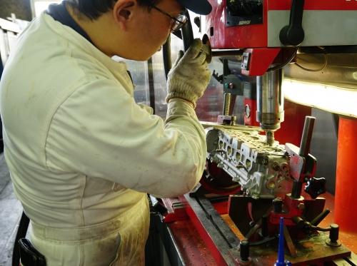 エンジン部品の加工も専用の工作機を使用して実施しています