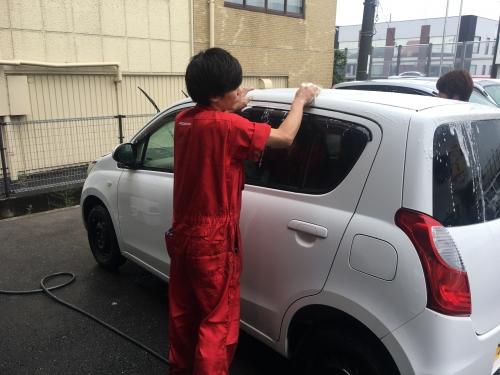 愛の洗車です。